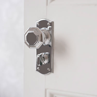 Shaftesbury Door Knob with Nowton Privacy Backplate