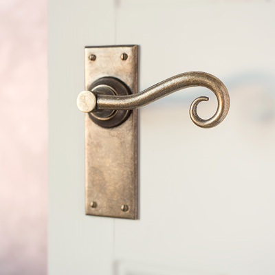 Scrolled Handle, Bristol Plain Backplate in Antiqued Brass