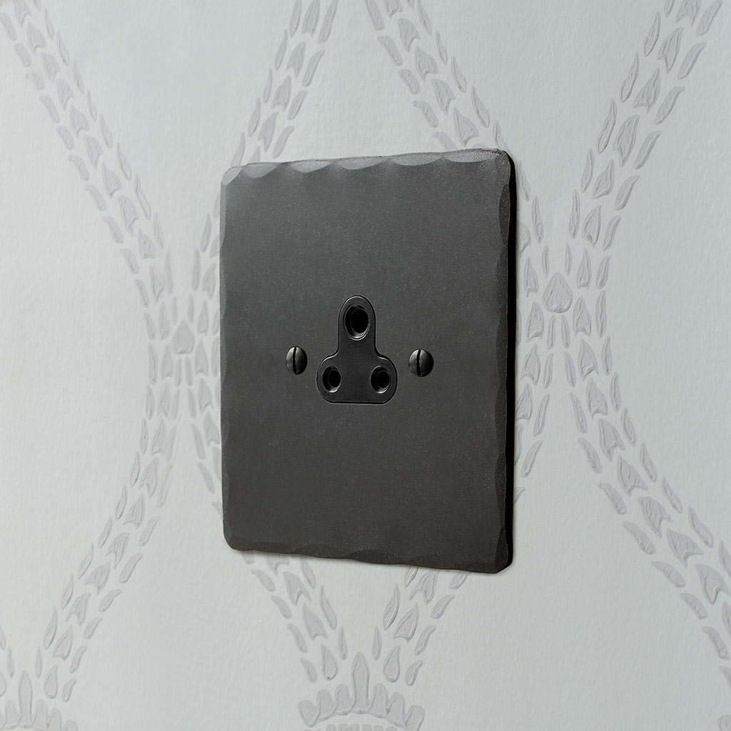2amp Round Pin Socket Beeswax Hammered Plate, Black Insert