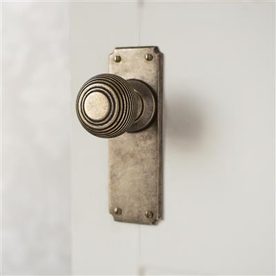 Reeded Door Knob, Ilkley Plain Plate, Antiqued Brass