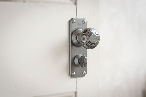 Reeded Door Knob, Ilkley Privacy Plate, Polished