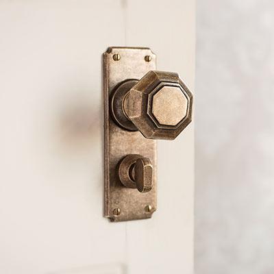 Shaftesbury Door Knob with Ilkley Privacy Backplate