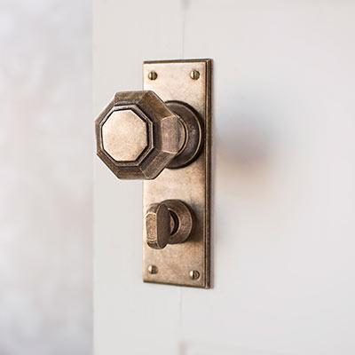 Shaftesbury Door Knob with Ripley Privacy Backplate