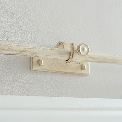 12mm Chapel Centre Bracket with thumbscrew in OldIvory